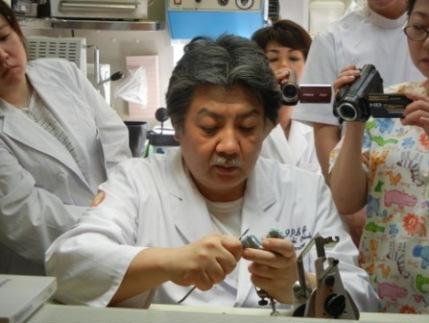 技工はIPSG技工インストラクターの、岡部宏昭先生